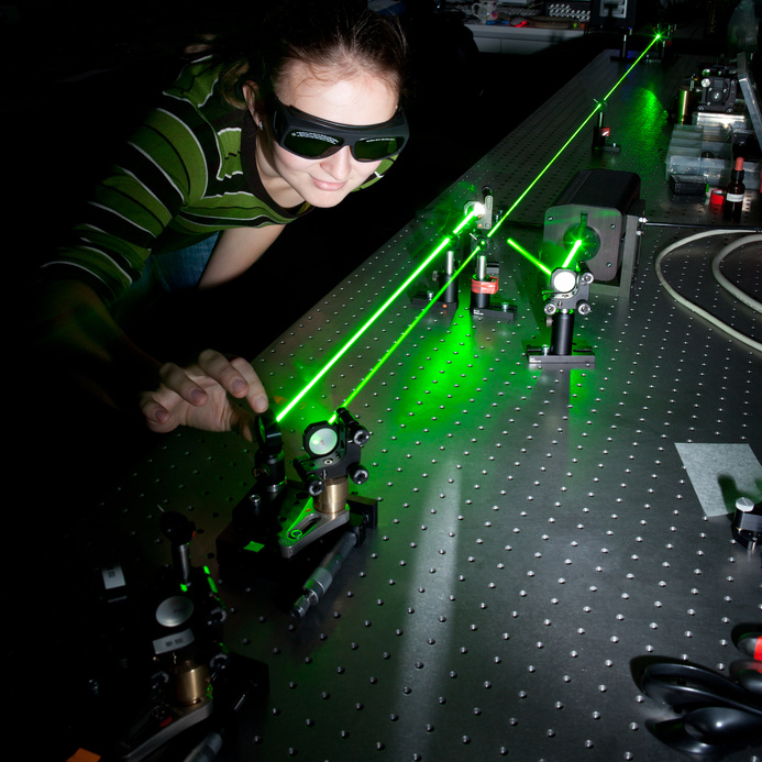 photo-young-researcher-laser